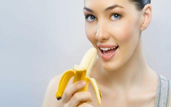 fata mananca banane