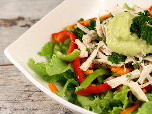 salata-de-pui-cu-dressing-de-avocado